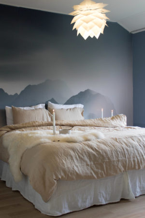 linnen dekbedovertrek in romantische slaapkamer