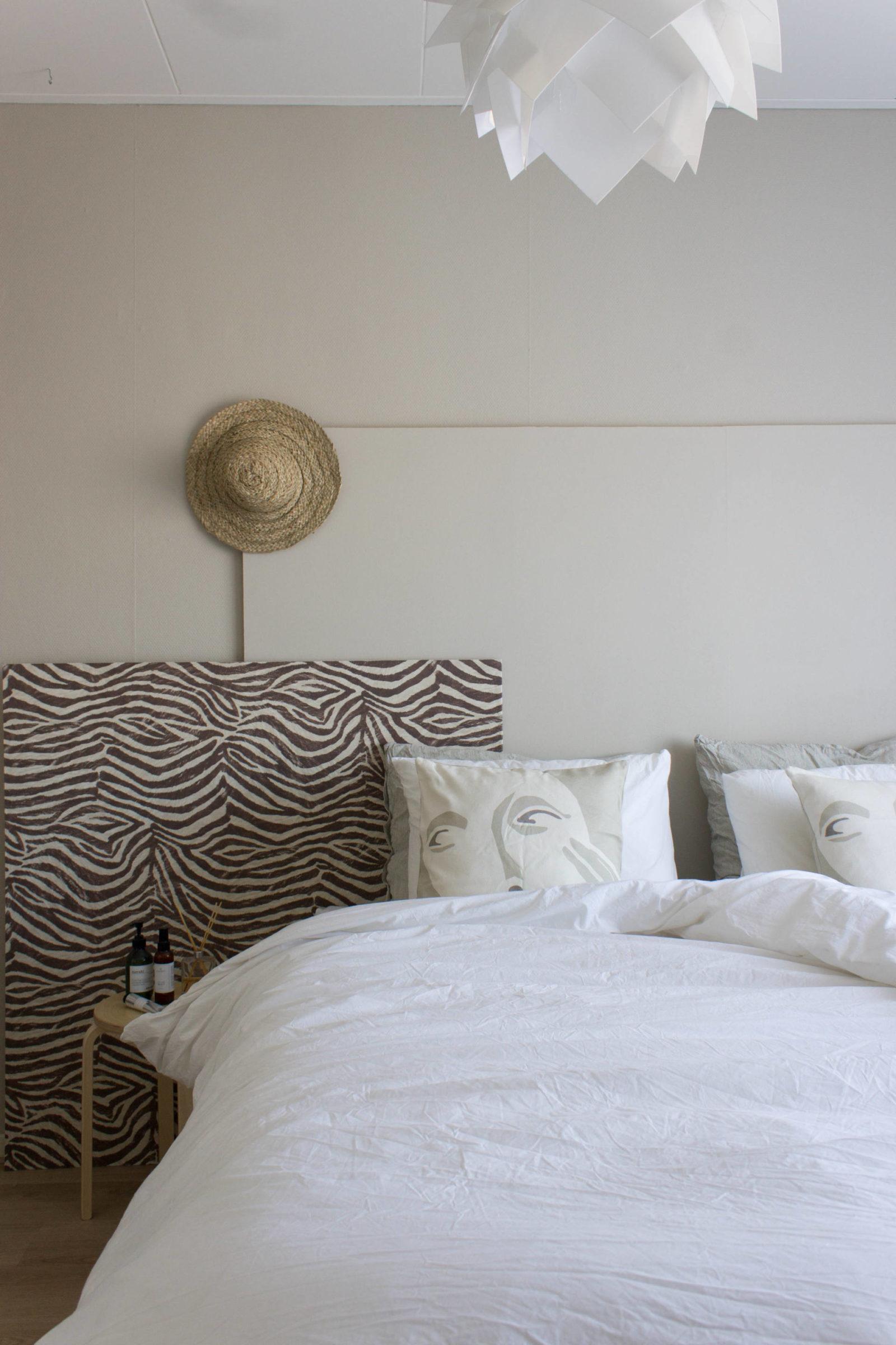 Scandinavische slaapkamer met linnenlook gordijnen